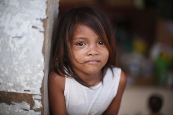 Yolanda typhoon - Brave little girl <3